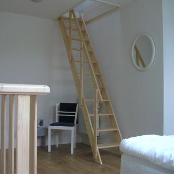 Trap naar zolder huisje 2 logeren bij laura - Trap toegang tot zolder ...
